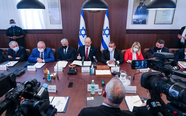 O Primeiro Ministro Naftali Bennett lidera uma reunião de gabinete no Gabinete do Primeiro Ministro em Jerusalém em 11 de julho de 2021. (Marc Israel Sellem / POOL)