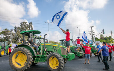 Israeli farmers block junctions all over Israel in protest of the Finance and Agriculture ministries plan to open up the fruit and vegetable market for import, at the Bilu Junction, on July 29, 2021. (Yossi Aloni/Flash90)