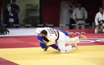 Israeli judoka Baruch Shmailov facing Georgia's Vazha Margvelashvili in the Tokyo 2021 Olympics, July 25, 2021. (Israel Olympic Committee)