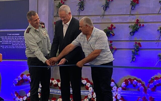 Defense Minister Benny Gantz (center) and IDF Chief of Staff Aviv Kohavi (left) inaugurate a memorial to fallen South Lebanon Army soldiers, on July 4, 2021, in Metulla. (Ariel Hermoni/Defense Ministry)