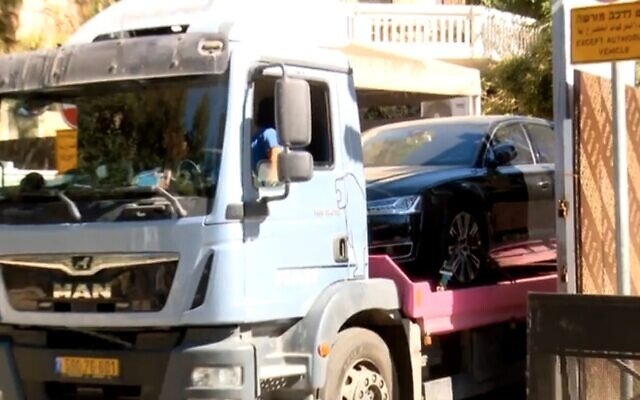 Vehicles are removed from the Prime Minister's Residence, Jerusalem, July 9, 2021 (Channel 12 screenshot)