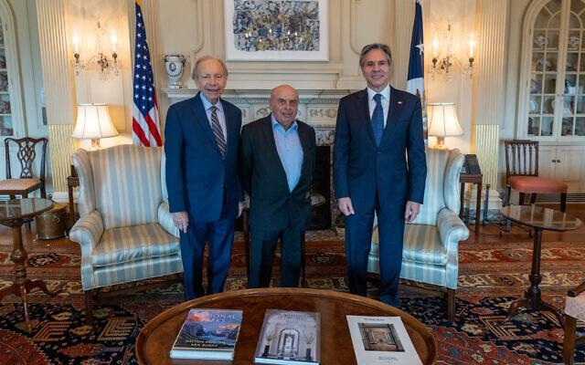 US Secretary of State Antony Blinken (right) meets with Natan Sharansky (center) and former US Senator Joe Lieberman in Washington on July 21, 2021. (Ron Przysucha/State Department)