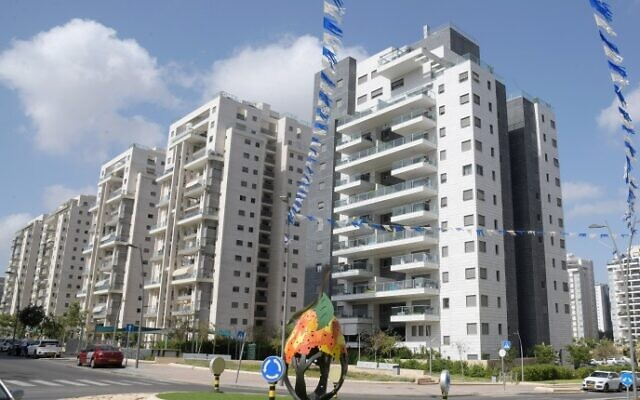 Construction of new residential buildings in a new neighborhood of Beer Yaakov, on March 26, 2020. (Flash90)