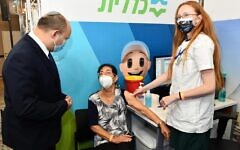 Prime Minister Naftali Bennett (L) at the opening of a vaccination center in Jerusalem, August 4, 2021 (Haim Zach / GPO)
