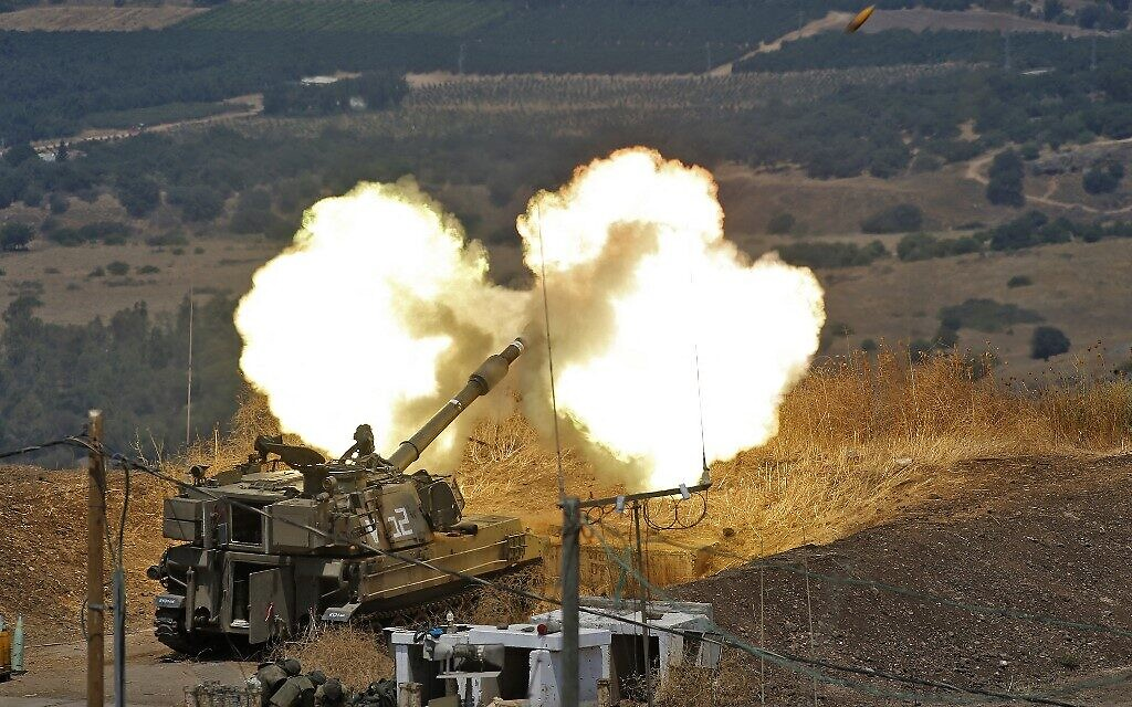 Israeli artillery fires toward Lebanon from a position near the northern town of Kiryat Shmona following Hezbollah rocket fire from the Lebanese side of the border, on August 6, 2021 (JALAA MAREY / AFP)