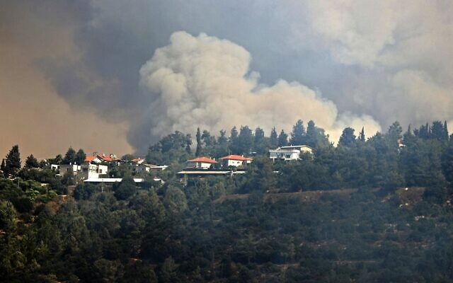 Smoke billows from a forest fire at the Jerusalem mountains near the Israeli village of Moshav Shoresh, on August 16, 2021. (Ahmad GHARABLI / AFP)