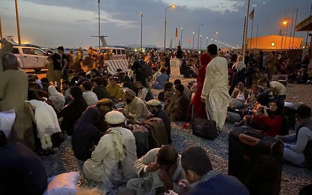 Afghan people wait to board a U S military aircraft to leave Afghanistan, at the military airport in Kabul on August 19, 2021 after Taliban's military takeover of Afghanistan. (Shakib RAHMANI / AFP)