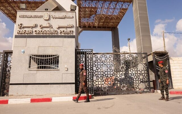 Members of Palestinan security forces stand guard at the closed off Rafah border crossing to Egypt in the southern Gaza Strip, on August 23, 2021 (SAID KHATIB / AFP)