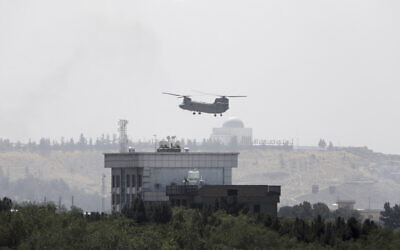 A US Chinook helicopter flies near the US Embassy in Kabul, Afghanistan,  Aug. 15, 2021 (AP Photo/Rahmat Gul)