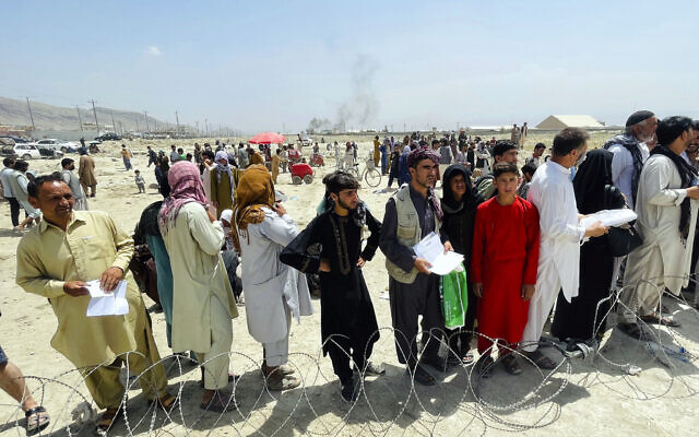 Hundreds of people gather outside the international airport in Kabul, Afghanistan, August 17, 2021. (AP Photo)