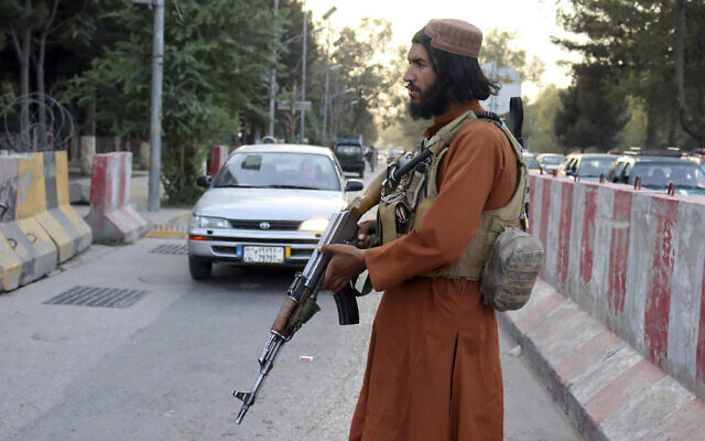 A Taliban fighter stands guard at a checkpoint, in Kabul, Afghanistan, on August 25, 2021. (AP Photo/Khwaja Tawfiq Sediqi)