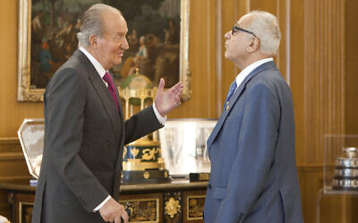 Spain's King Juan Carlos, left, speaks with chairperson of the governing Sephardic Community of Jerusalem Abraham Haim before a meeting in the Zarzuela Palace in Madrid, Spain, March 13, 2014. (AP Photo/Abraham Caro Marin)