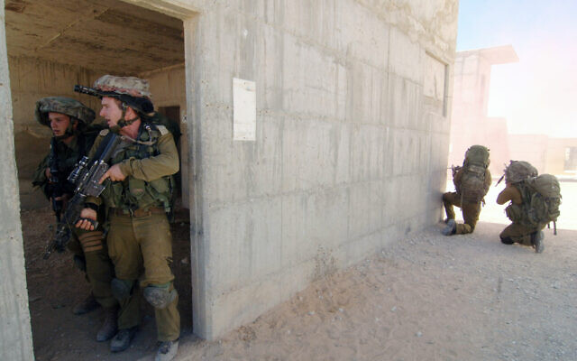 Illustrative: Israeli soldiers from the Paratroopers Brigade take part in a training exercise where they practice door-to-door combat in inhabited areas in Tze'elim, southern Israel, July 10, 2014. (Flash90)