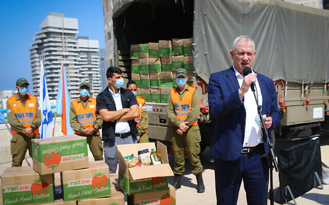 Defense Minister Benny Gantz speaks to IDF Home Front Command soldiers, during a visit to the southern city of Ashdod, September 14, 2020. (Flash90)