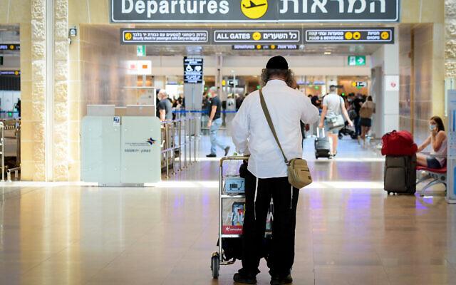 Travelers at Ben Gurion International Airport, on August 5, 2021. (Avshalom Sassoni/FLASH90)