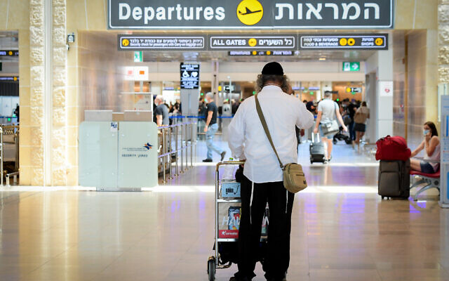 Departing travelers at Ben Gurion Airport on August 5, 2021. (Avshalom Sassoni/Flash90)