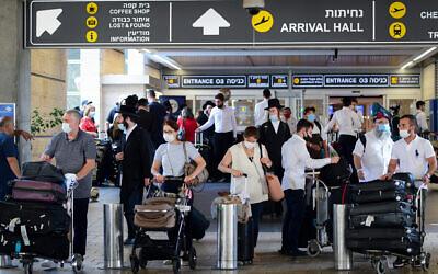 Travelers at Ben Gurion International Airport on August 5, 2021. (Avshalom Sassoni/FLASH90)