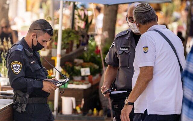 Police enforce coronavirus restrictions in Jerusalem on August 5, 2021. (Yonatan Sindel/Flash90)