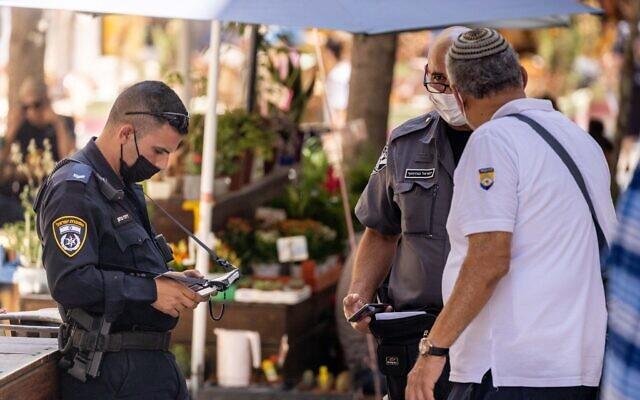 Police officers enforce the Covid-19 emergency regulations in Jerusalem, August 5, 2021.(Yonatan Sindel/Flash90)