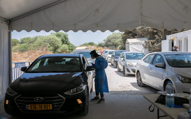 Cars line up at a drive-thru coronavirus testing center in Rehovot on August 8, 2021. (Yossi Aloni/Flash90)