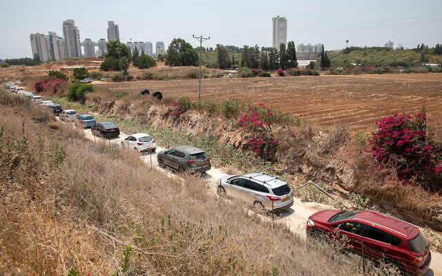 A line of cars waiting to enter a drive-thru coronavirus testing center in Rehovot on August 8, 2021. (Yossi Aloni/Flash90)