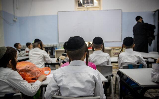 Ultra-orthodox Jewish children at a school founded by Rabbi Shmuel Stern in Jerusalem on August 9, 2021 (Yonatan Sindel/Flash90)