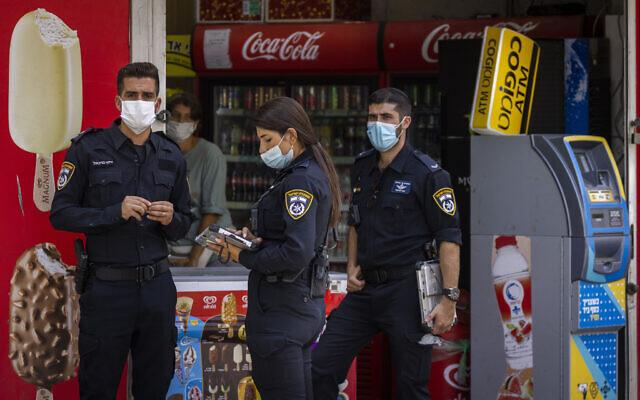 Police officers enforce COVID-19 emergency regulations in Jerusalem, August 11, 2021. (Olivier Fitoussi/Flash90)