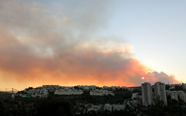 Smoke-filled skies over Jerusalem, due to a massive forest fire near the capital, on August 15, 2021. (Olivier Fitoussi/Flash90)