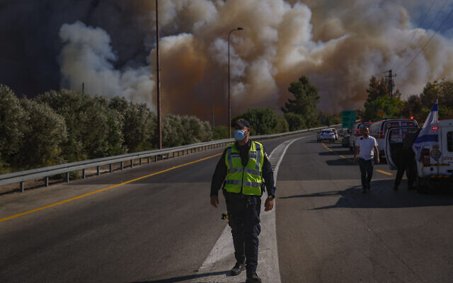 Firefighters at the site of a a brush fire west of Jerusalem, August 15, 2021. (Yonatan Sindel/ Flash90)
