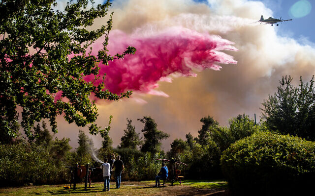 Firefighting plane works to extinguish flames in a forest near Beit Meir on  August 15, 2021 (Yonatan Sindel/Flash90)