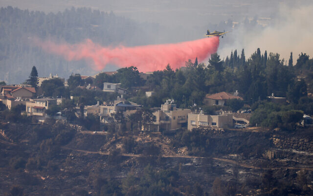 Firefighter planes try to extinguish a fire outside Givat Yearim in the Jerusalem Hills, August 16, 2021. (Olivier Fitoussi/Flash90)
