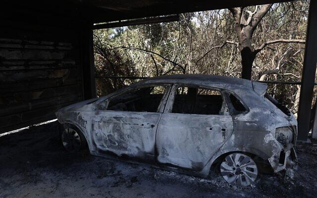 A burned car following a major fire near Beit Meir, August 16, 2021 (Yonatan Sindel/Flash90)