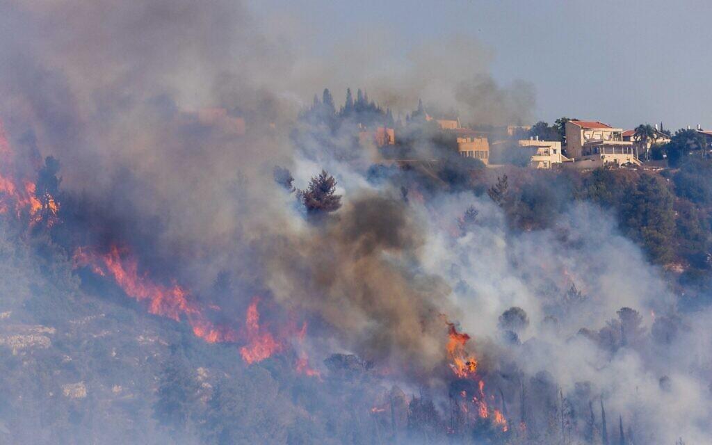 Fire closes in on Moshav Giva'at Ye'arim in the Jerusalem Hills, August 16, 2021. (Yonatan Sindel/Flash90)