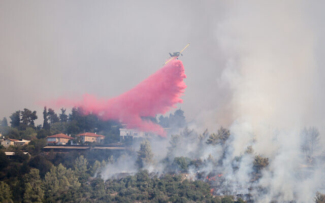 Firefighter planes try to extinguish a wildfire at Giva'at Ye'arim outside Jerusalem on August 16, 2021. (Yonatan Sindel/Flash90)