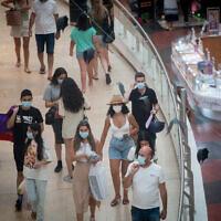 Israelis wear protective face masks in Dizengoff Center, Tel Aviv, on August 17, 2021. (Miriam Alster/Flash90)