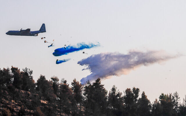 Israel Air Force plane Lockheed C-130, dubbed the Super Hercules, helps to extinguish a large fire in the Jerusalem mountains, on August 17, 2021. (Olivier Fitoussi/Flash90)