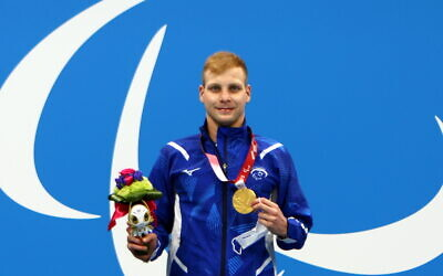 Israeli swimmer Mark Malyar poses with his gold medal in the 400m freestyle at the Tokyo Paralympics on August 29, 2021. (Keren Isaacson/Israel Paralympic Committee)
