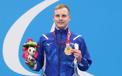 Israeli Paralympic swimmer Mark Malyar receives the gold medal in the men's 200-meter individual medley in the Tokyo Games, August 27, 2021. (Lilach Weiss/Israel Paralympic Committee)