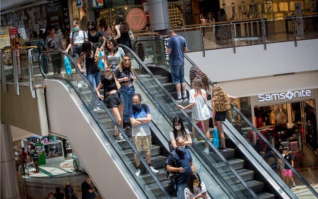 Israelis shop at the Azrieli mall in Tel Aviv, on July 13, 2021. (Miriam Alster/FLASH90)