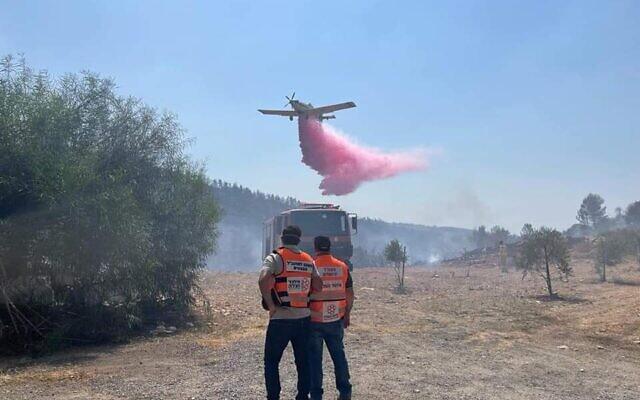 A firefighting plane works to extinguish a blaze near Jerusalem, August 25, 2021. (United Hatzala)