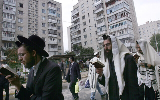 File: Jews pray on a street near the tomb of Rabbi Nachman of Breslov in Uman, Ukraine, Sept. 20, 2006. (Menahem Kahana/AFP)