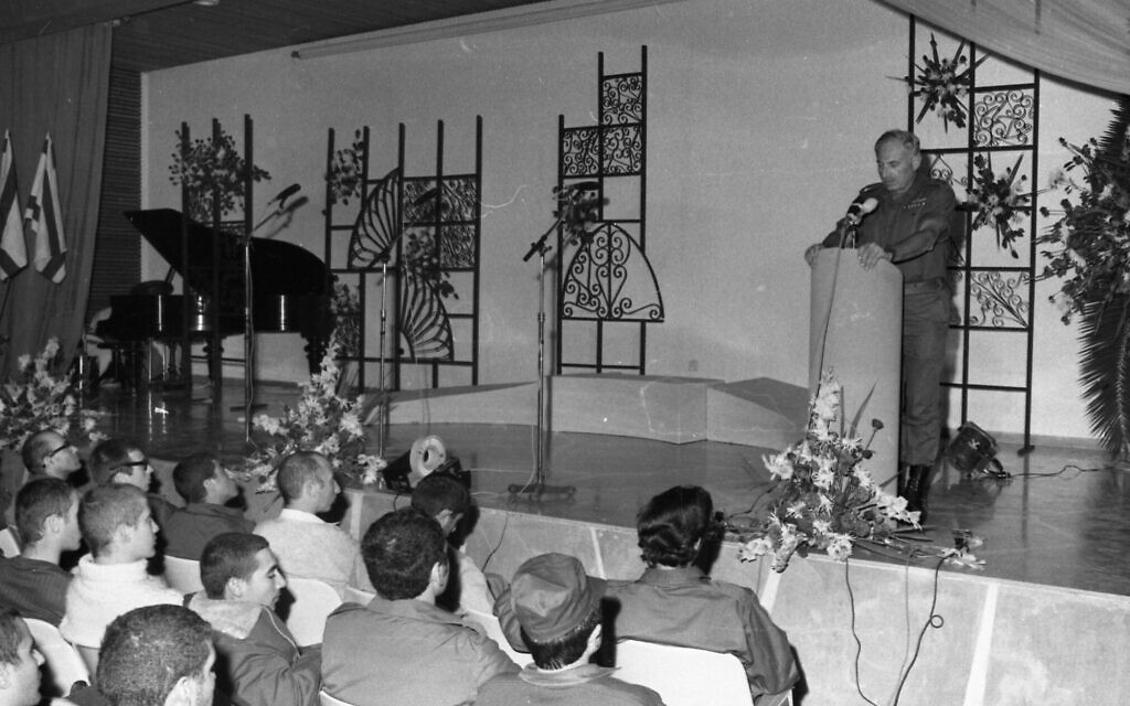 Israeli prisoners of war attend a meeting on a military base in Zichron Yaakov on Novermber 26, 1973. (Ron Ilan/Israel Defense Forces/Defense Archive)