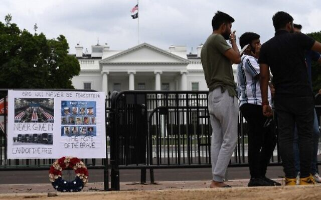 A makeshift memorial for the 13 members of the US military killed in Afghanistan last week, is seen outside the White House on August 31, 2021 in Washington, DC.(Photo by Olivier DOULIERY / AFP)