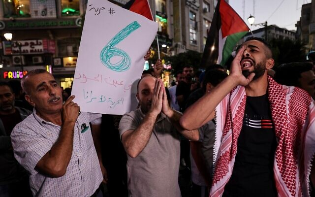Demonstrators take part in a protest in support of Palestinian prisoners held in Israeli jails, in Ramallah, on September 8, 2021. ( ABBAS MOMANI / AFP)