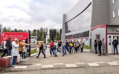 Students evacuate a building of the Perm university campus in Perm, Russia on September 20, 2021 following a shooting. (Olga Yushkova / AFP)
