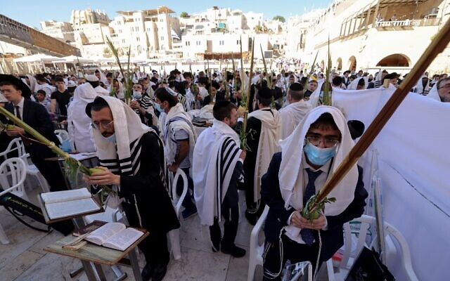 Worshippers pray in front of the Western Wall in Jerusalem's Old City, during the priestly blessing for the festival of Sukkot, September 22, 2021 (Emmanuel DUNAND / AFP)
