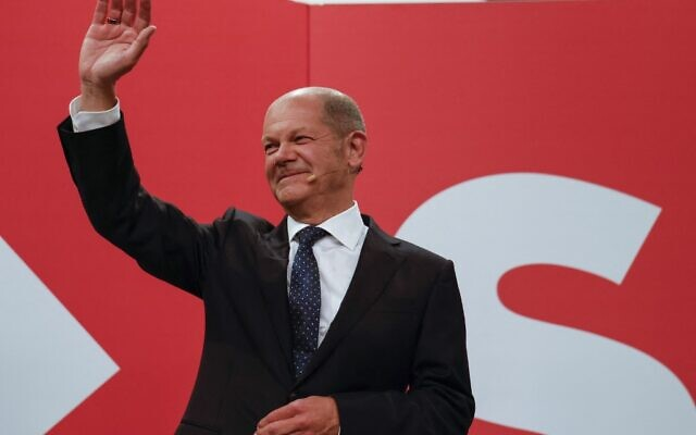 German Finance Minister, Vice-Chancellor and the Social Democrats (SPD) candidate for Chancellor Olaf Scholz waves at the Social Democrats (SPD) headquarters after the estimates were broadcast on TV, in Berlin on September 26, 2021, after the German general elections. (Odd ANDERSEN / AFP)