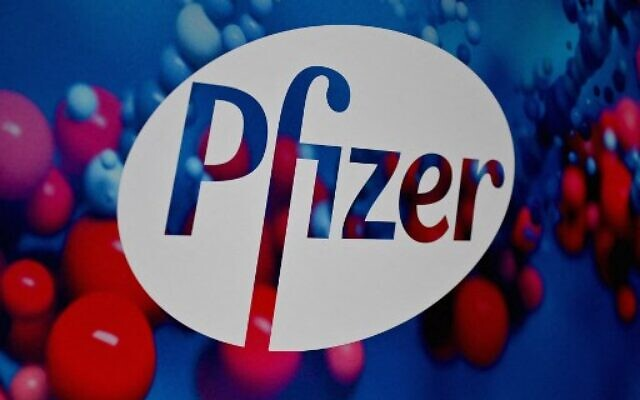 In this file photo the Pfizer logo is seen at the Pfizer Inc. headquarters on December 9, 2020 in New York City. - Pfizer said on September 27, 2021 it had begun a middle-to-late stage clinical trial of a pill to stave off Covid in people who are exposed to infection. (Photo by Angela Weiss / AFP)