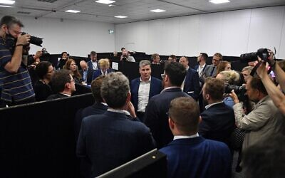 Britain's main opposition Labour Party leader Keir Starmer (C) talks to members of the press in the media centre on the third day of the annual Labour Party conference at The Brighton Centre in Brighton on the south coast of England, on September 27, 2021. (JUSTIN TALLIS / AFP)