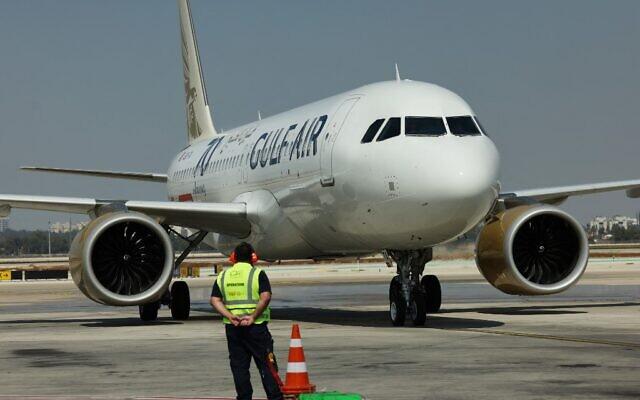 A Gulf Air A320 coming from the Bahraini capital Manama arrives at Ben Gurion Airport near Tel Aviv on September 30, 2021. (EMMANUEL DUNAND / AFP)